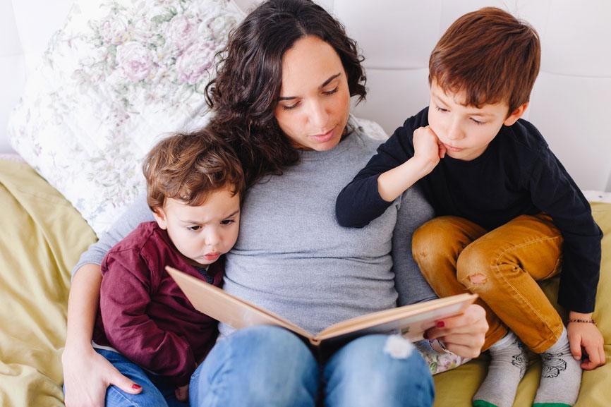 Leer un cuento a un niño